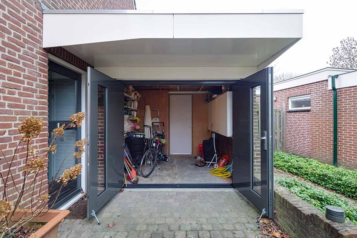 Houten-openslaande-garagedeuren-met-glas-41