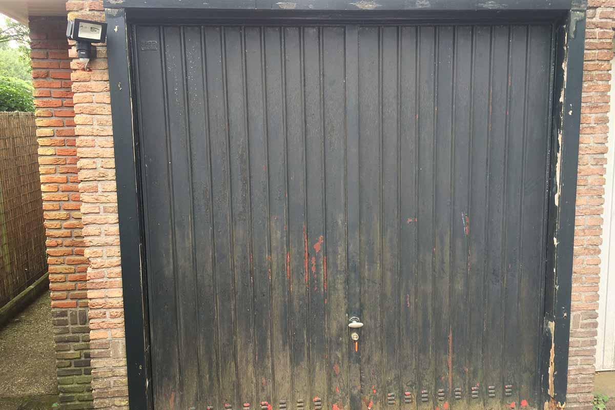 Houten-openslaande-garagedeuren-vlak-met-raampjes-oudesituatie