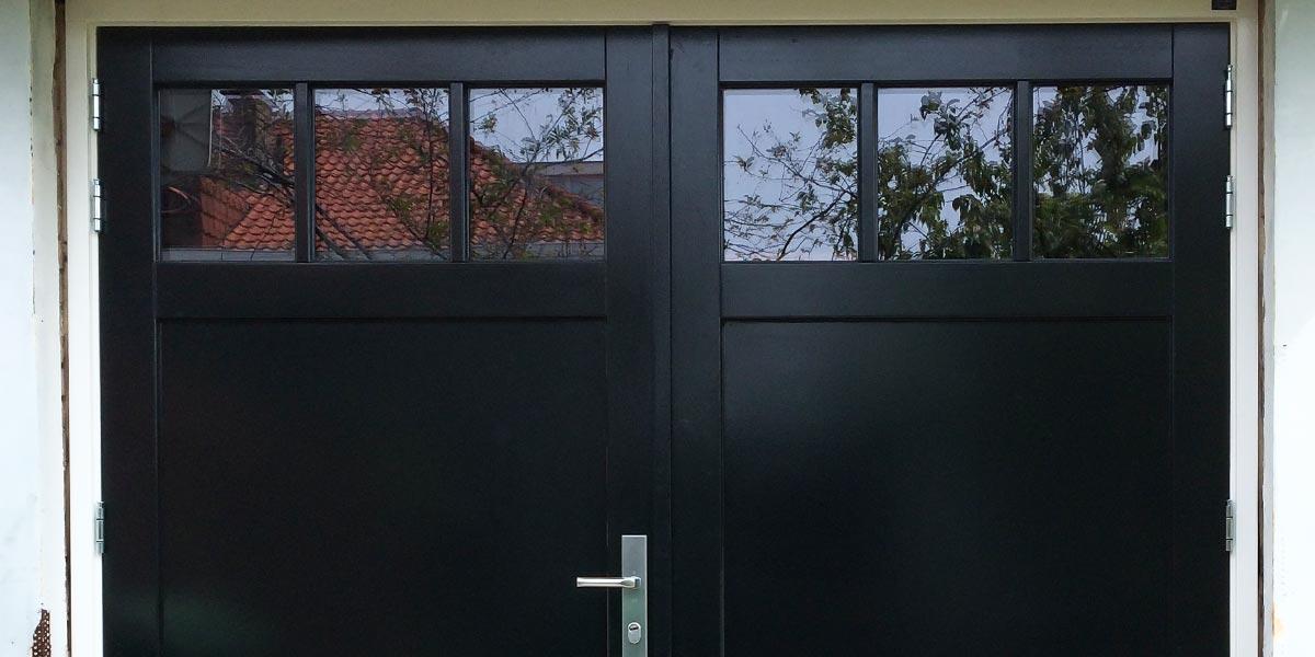 Houten-dubbele-deuren-met-raampjes