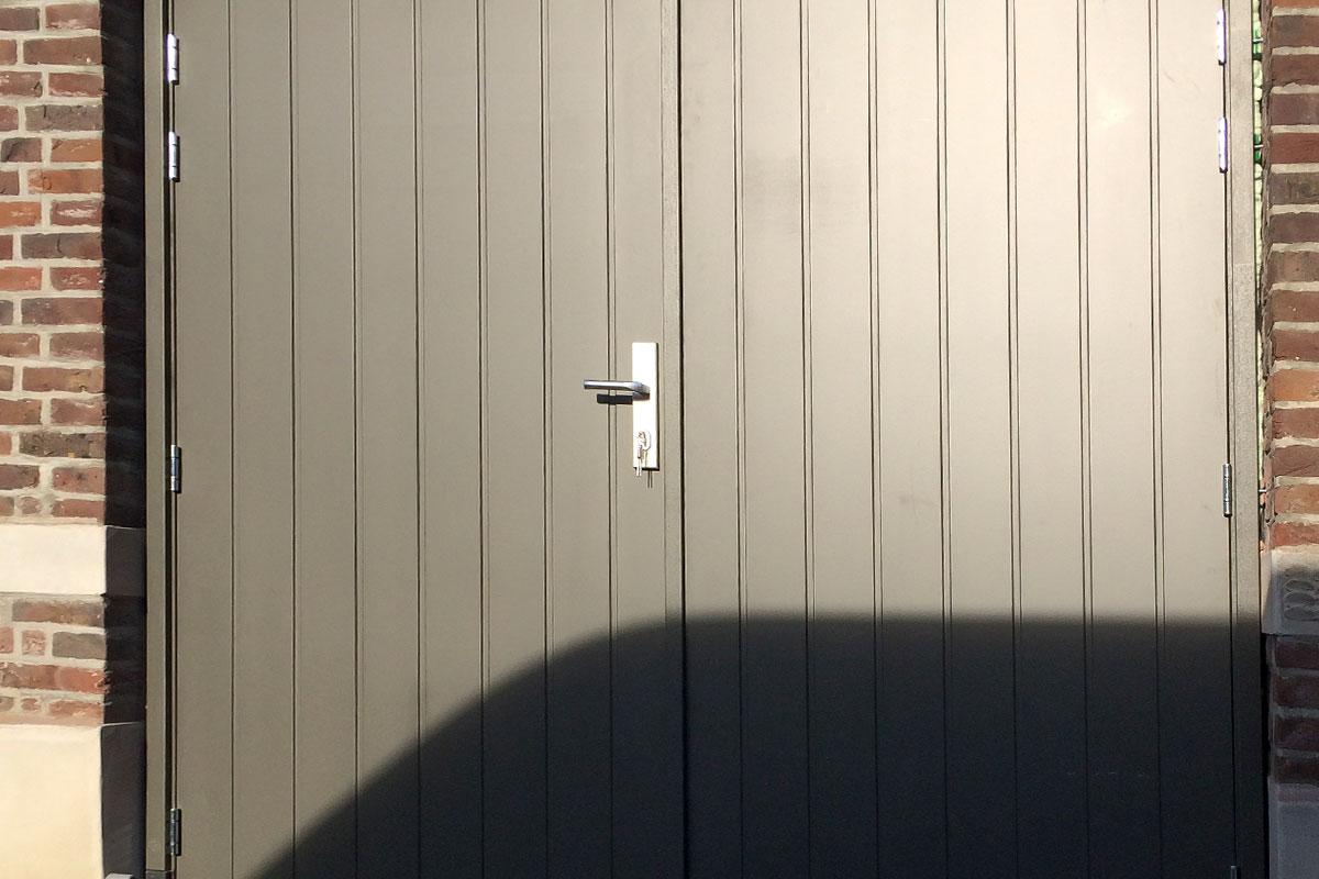 Verticaal-houten-openslaande-garagedeuren