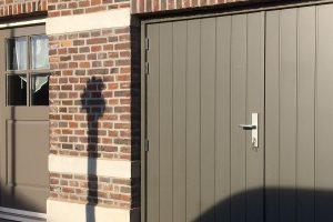 Verticaal-houten-openslaande-garagedeuren-2