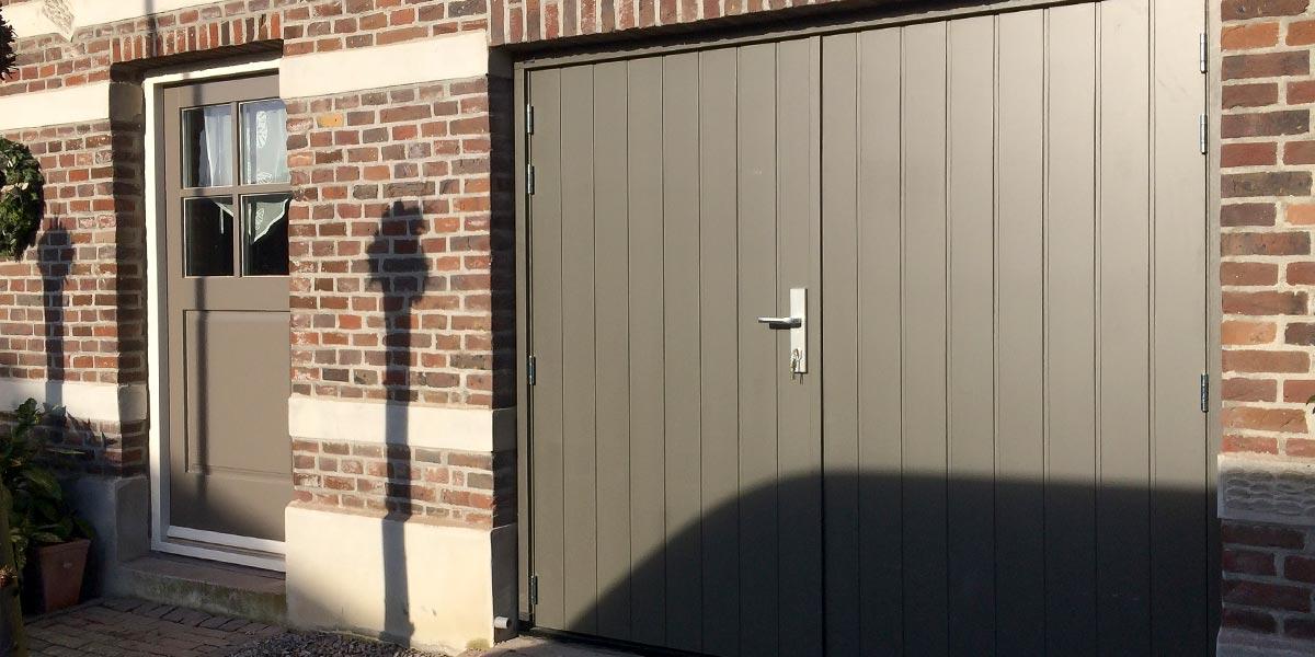 https://garagedeuren.s3.amazonaws.com/20180820150817/Verticaal-houten-openslaande-garagedeuren-3.jpg