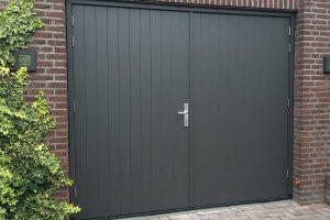 verticale-openslaande-garagedeur-van-hout