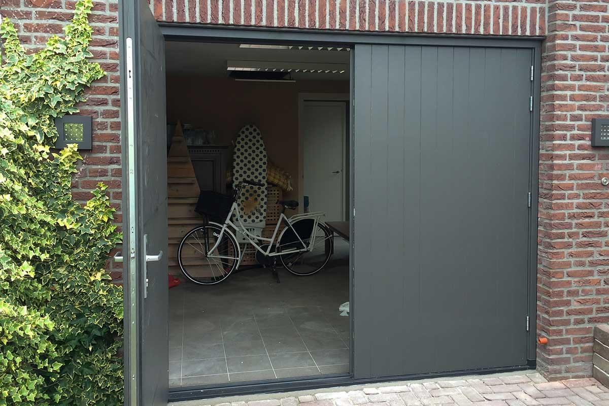 verticale-openslaande-garagedeur-van-hout-2