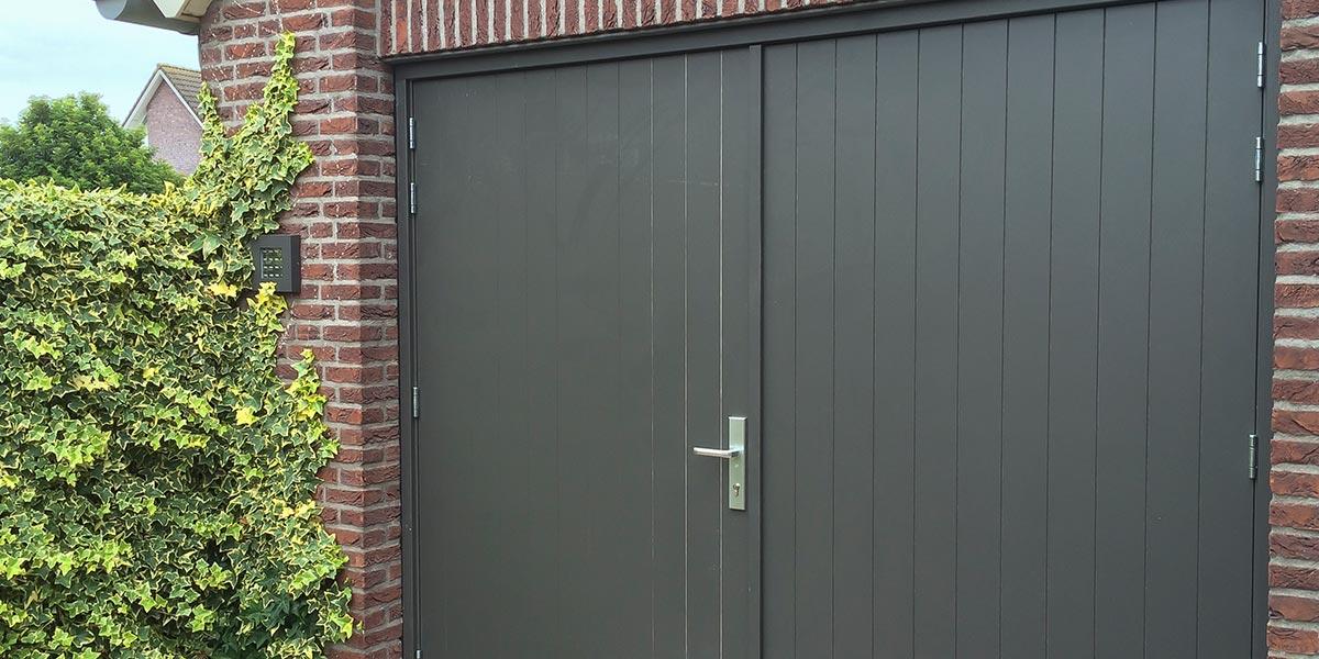 https://garagedeuren.s3.amazonaws.com/20180820152600/verticale-openslaande-garagedeur-van-hout-3.jpg
