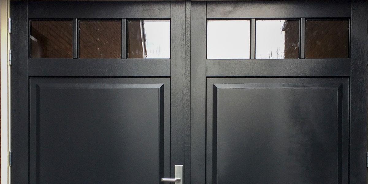 https://garagedeuren.s3.amazonaws.com/20180820154345/zwarte-houten-openslaande-garagedeur-van-hout.jpg