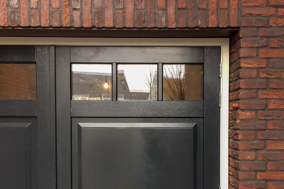 zwarte-houten-openslaande-garagedeur-van-hout-2