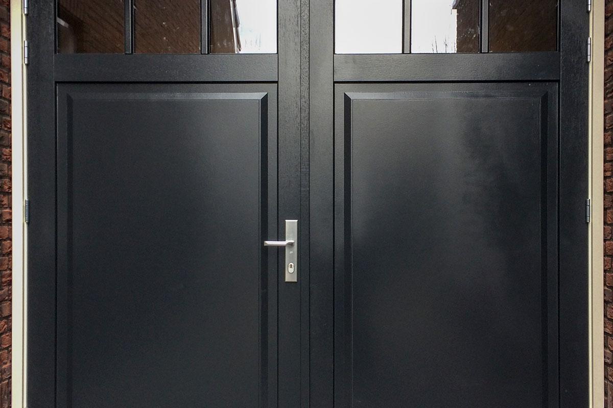 zwarte-houten-openslaande-garagedeur-van-hout-3
