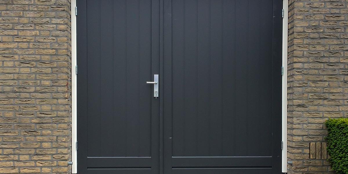 https://garagedeuren.s3.amazonaws.com/20180820155727/houten-openslaande-garagedeur-asymmetrisch.jpg