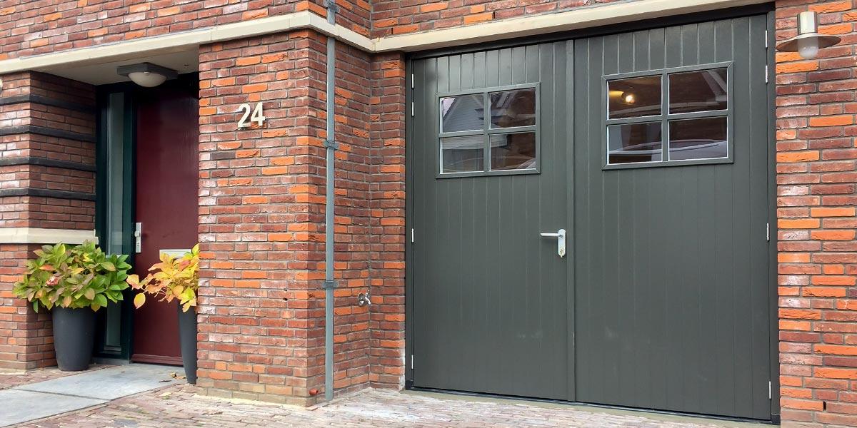 https://garagedeuren.s3.amazonaws.com/20180820161956/Klassieke-stijl-houten-openslaande-garagedeur.jpg