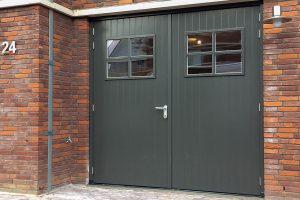 Klassieke-stijl-houten-openslaande-garagedeur-2