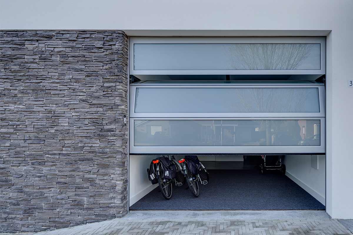 Bijzondere-garagedeuren-met-glas-2