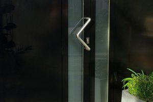 moderne-openslaande-garagedeuren-vlak-verticaal-melkglas-2