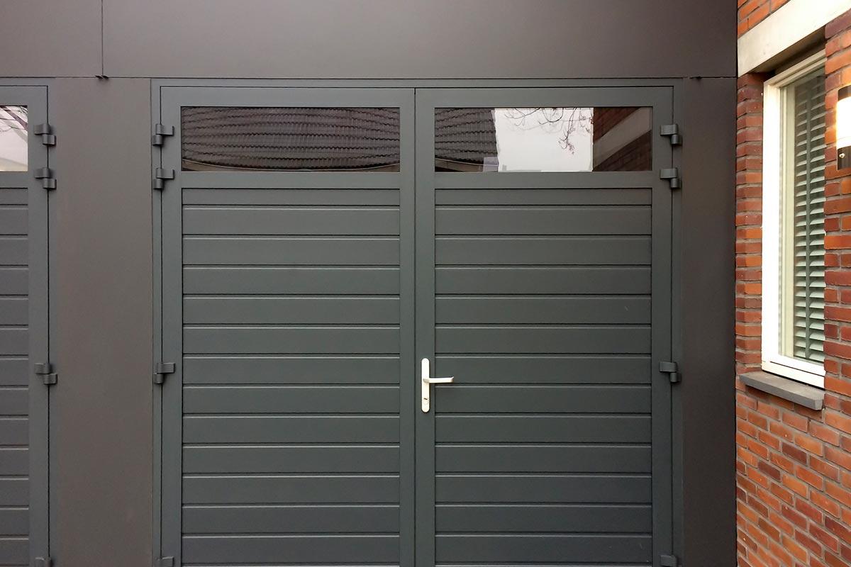 donkergroene-dubbele-openslaande-garagedeur-met-glas-2