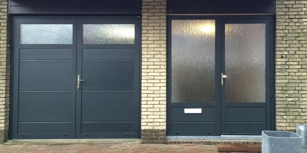 https://garagedeuren.s3.amazonaws.com/20180823133417/openslaande-garagedeur-en-voordeur-in-dezelfde-stijl.jpg