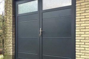 openslaande-garagedeur-en-voordeur-in-dezelfde-stijl-2