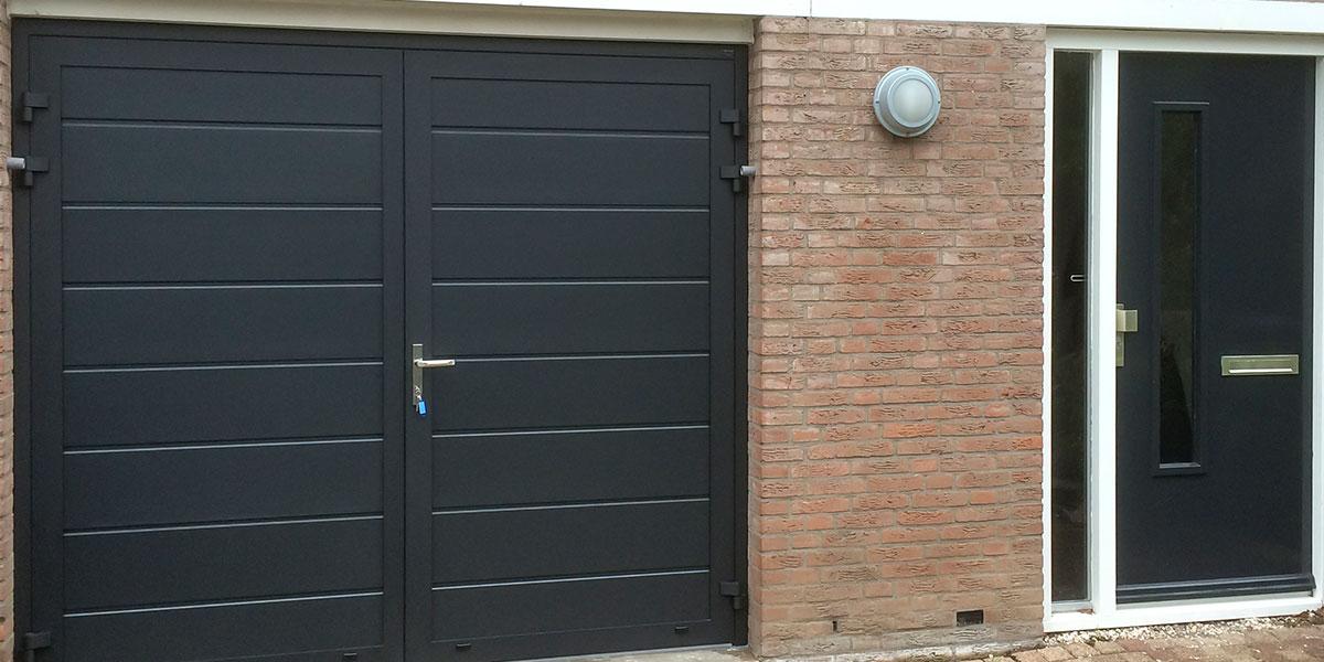 blauwe-horizontaal-geprofileerde-openslaande-garagedeur