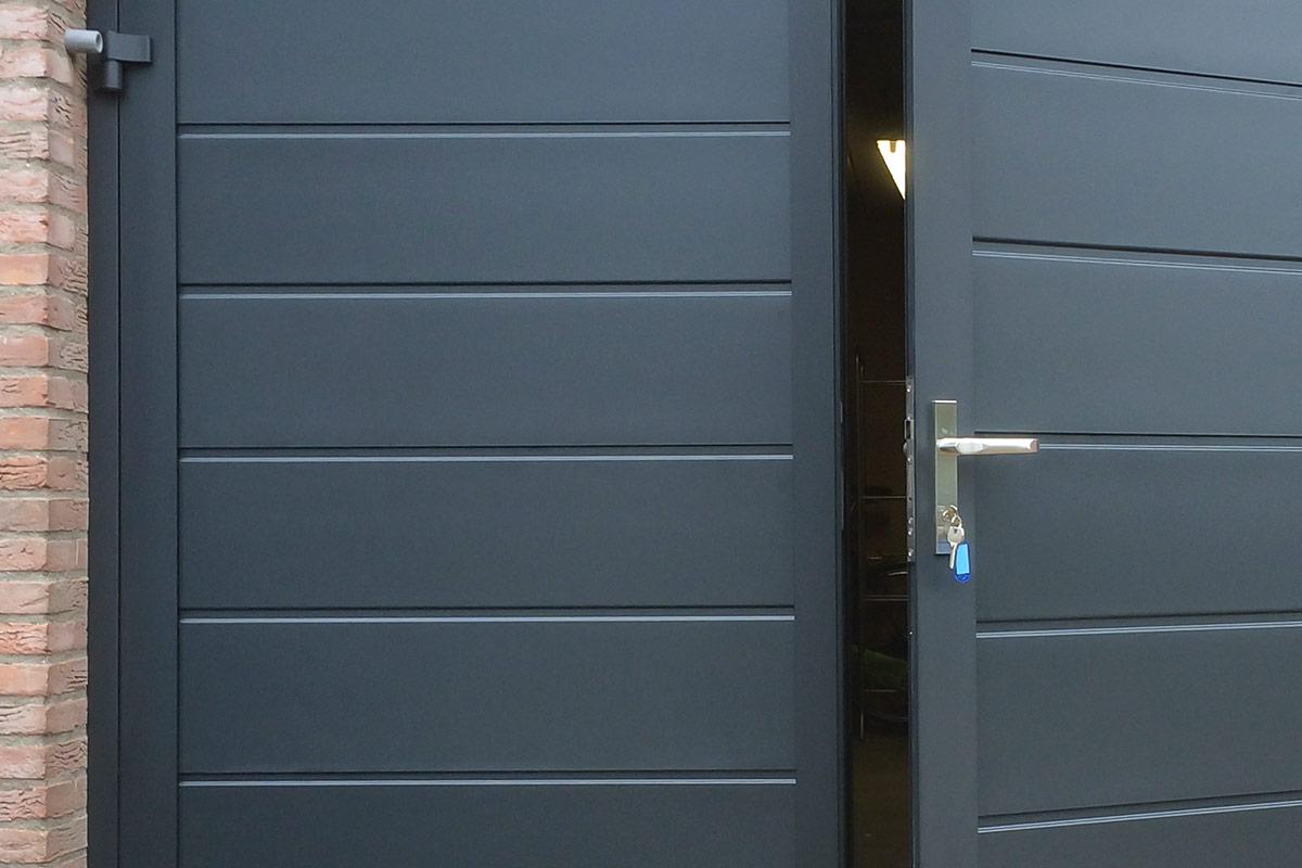 blauwe-horizontaal-geprofileerde-openslaande-garagedeur-3
