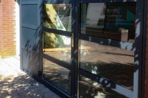 Openslaande-garagedeur-met-glas-en-vast-zijstuk-3