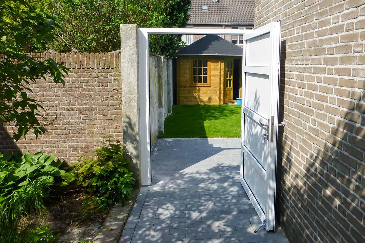 Openslaande-deur-en-poort-in-dezelfde-stijl-2