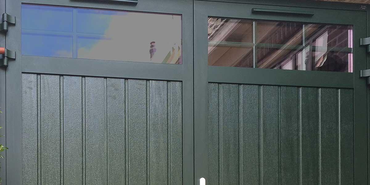 openslaande-garagedeur-donkergroen-houtnerf-glas