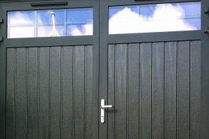 openslaande-garagedeur-donkergroen-houtnerf-glas-2