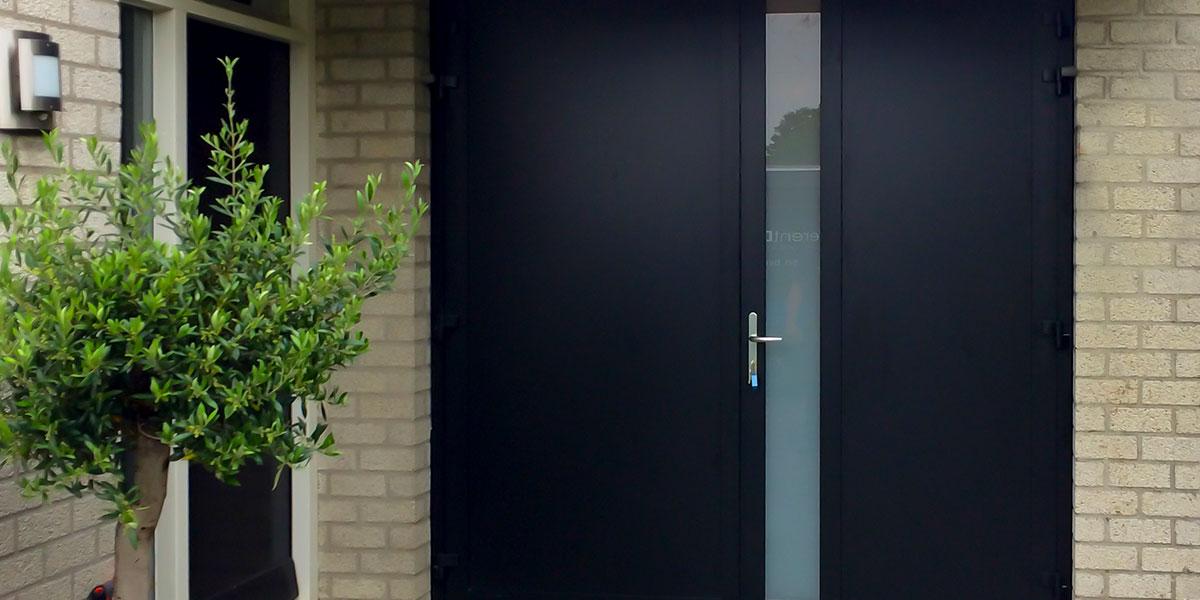 https://garagedeuren.s3.amazonaws.com/20180824101709/openslaande-garagedeur-zwart-melkglas-modern.jpg