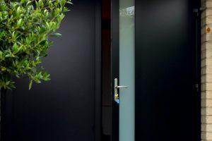 openslaande-garagedeur-zwart-melkglas-modern-4
