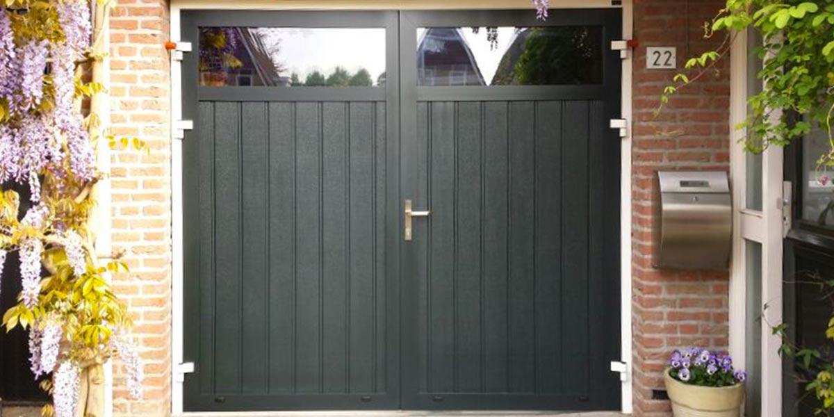 https://garagedeuren.s3.amazonaws.com/20180907114308/openslaande-garagedeur-verticaal-geprofileerd-houten-2.jpg