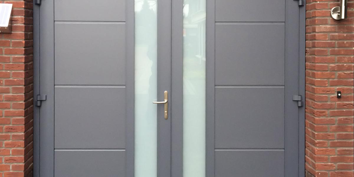 https://garagedeuren.s3.amazonaws.com/20180907115155/Garagedeur-uitgevoerd-met-een-vlakke-profilering-en-melkglas-2.jpg