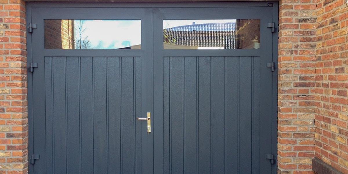 https://garagedeuren.s3.amazonaws.com/20180907152430/Openslaande-garagedeuren-met-HR-glas-3.jpg