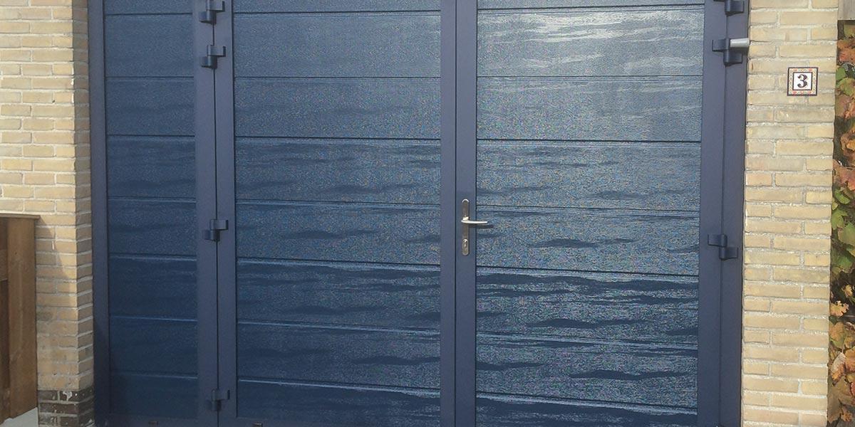 https://garagedeuren.s3.amazonaws.com/20180907153650/houtnerf-openslaande-garagedeuren-vast-zijdeel1.jpg