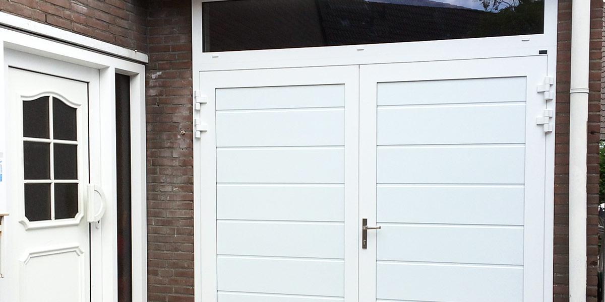 https://garagedeuren.s3.amazonaws.com/20180907160440/Openslaande-garagedeuren-vast-bovenglas-3.jpg