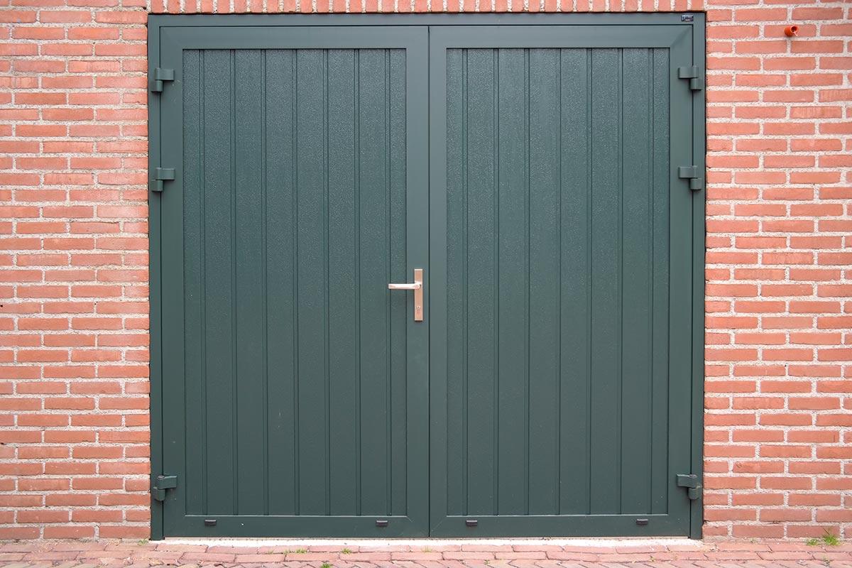 donkergroene-openslaande-garagedeur-houtnerf-verticaal-2