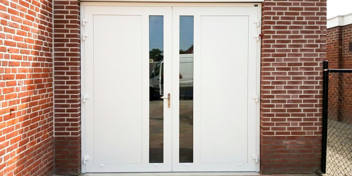 https://garagedeuren.s3.amazonaws.com/20180911092741/Openslaande-deuren-met-verticaal-HR-glas-wit-2.jpg