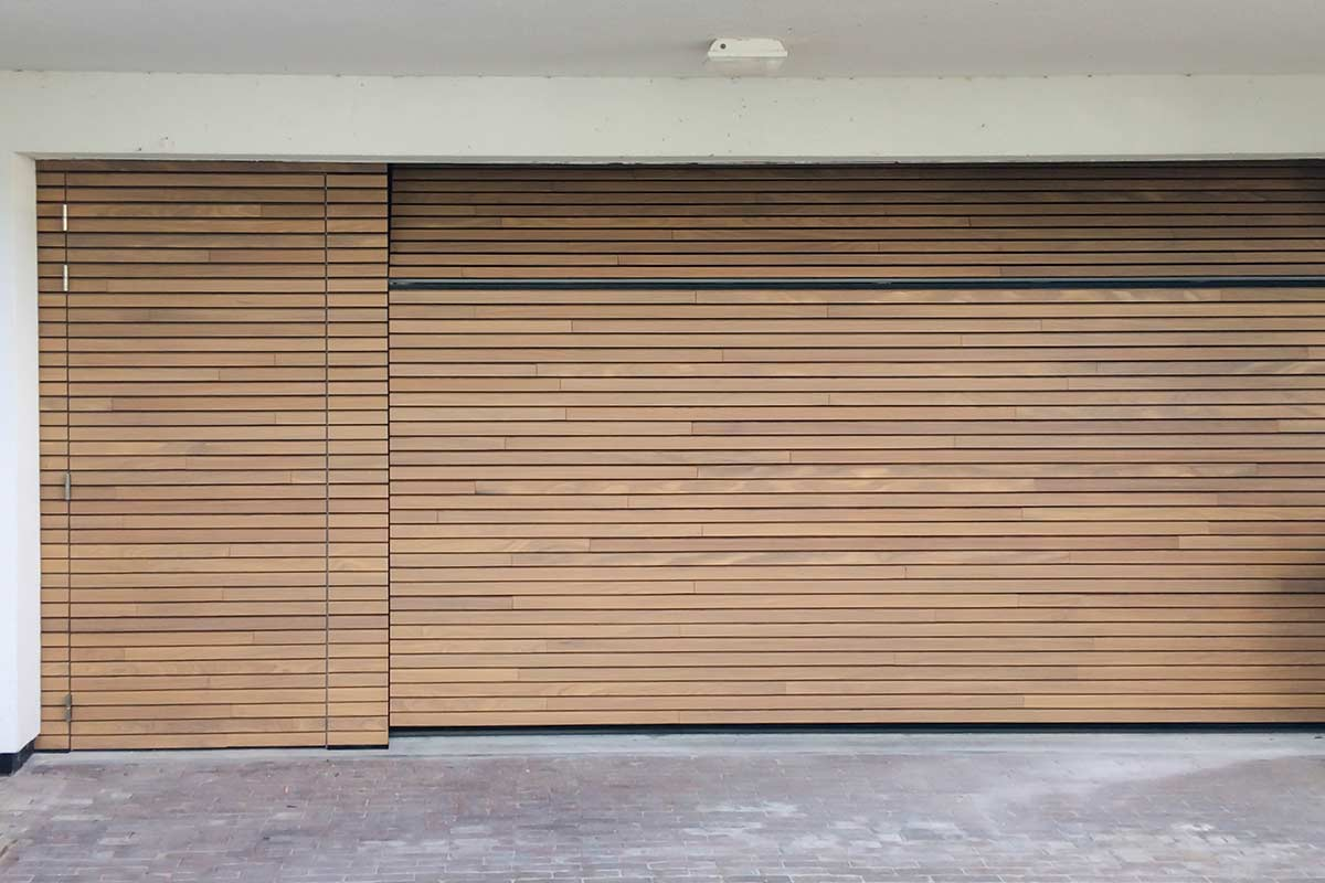 Houten-sectionaaldeur-met-losse-loopdeur-van-horizontale-latten-Afrormosia-hout-2