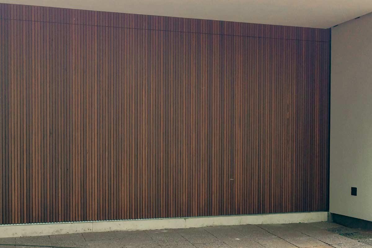 Zijwaartse-Red-Cedar-houten-garagedeur-3