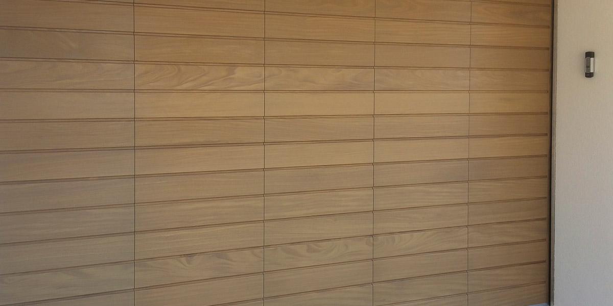 https://garagedeuren.s3.amazonaws.com/20180917121527/houten-zijwaartse-sectionaaldeur1.jpg