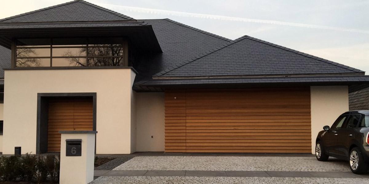 https://garagedeuren.s3.amazonaws.com/20180917123047/houten-voordeur-en-garagedeur-in-dezelfde-stijl.jpg