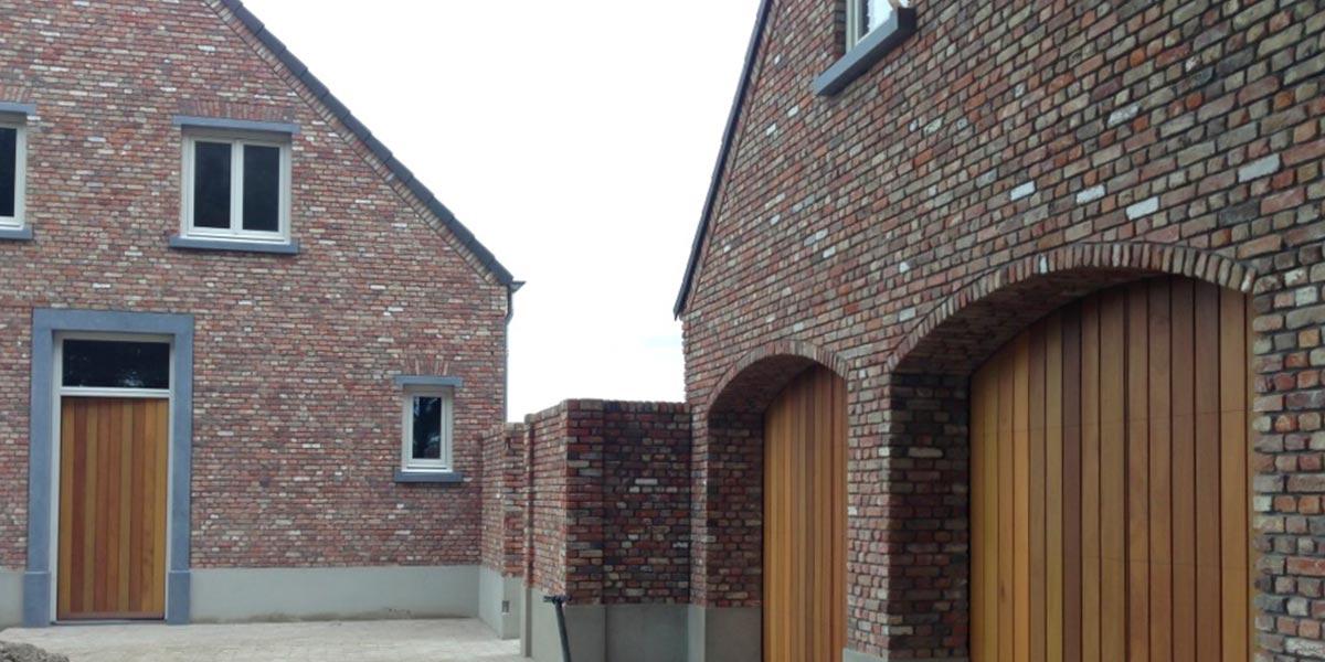 https://garagedeuren.s3.amazonaws.com/20180917133932/houten-sectionaal-deuren-verticaal-en-voordeur.jpg