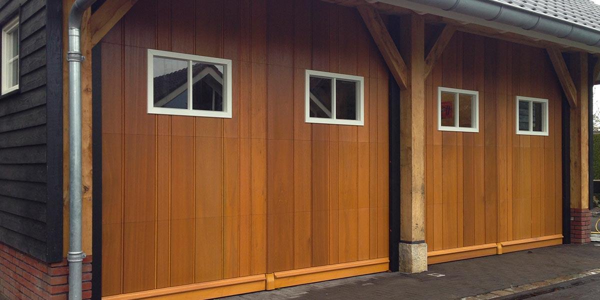 Twee-houten-sectionaaldeuren-met-glas