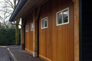 Twee houten sectionaaldeuren met glas