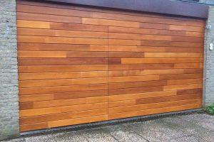 Meranti-houten-sectionaaldeur-geintegreerd-in-de-gevel-2
