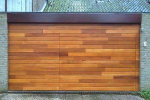 Meranti-houten-sectionaaldeur-geintegreerd-in-de-gevel-3