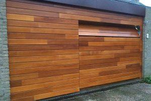 Meranti houten sectionaaldeur geintegreerd in gevel