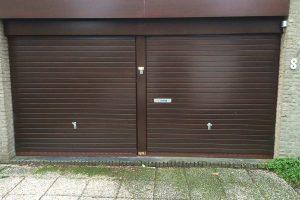 Meranti-houten-sectionaaldeur-geintegreerd-in-de-gevel-5