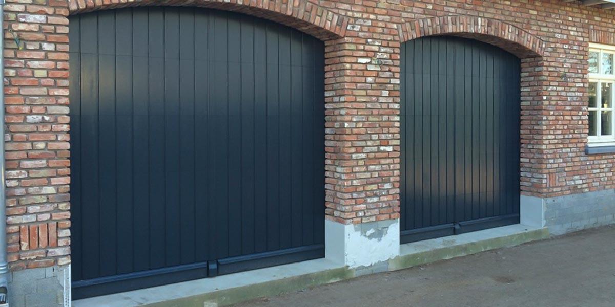 https://garagedeuren.s3.amazonaws.com/20180918092253/Twee-houten-verticale-sectionaaldeuren.jpg