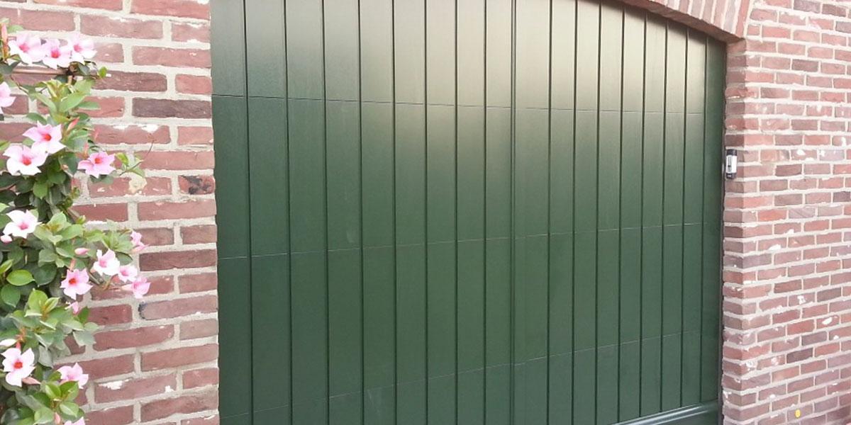sectionaaldeur-verticaal-meranti-hout
