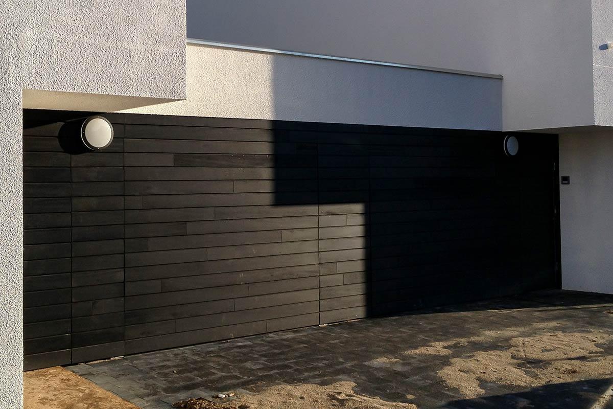 Houten-sectionaaldeuren-met-gevelbekleding-–-Amstenrade
