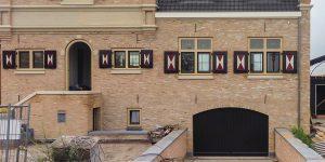 Elektrische houten garagedeur monumentaal pand